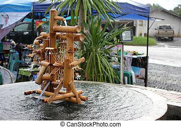 Rueda de agua bambú hecha a mano en el mercado