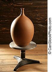 Rueda Potter con jarrón de cerámica terminado