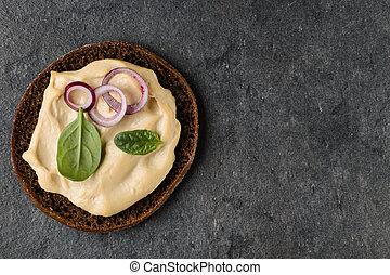Sándwich abierto con hummus. Vista superior, plano.