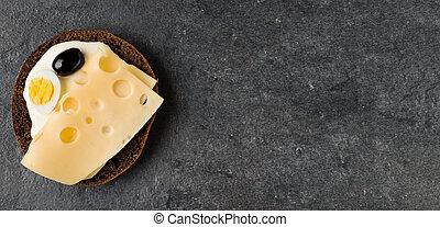 Sándwich abierto con queso. Vista superior, plano. Copia espacio.