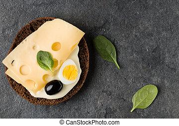 Sándwich abierto con queso. Vista superior, plano.