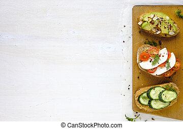 Sándwiches frescos de arriba con espacio de copia