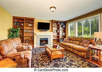Salón de lujo con estantería y sofá.