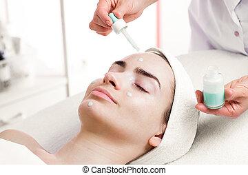 salón, mujer, joven, tratamiento, facial, balneario, suero