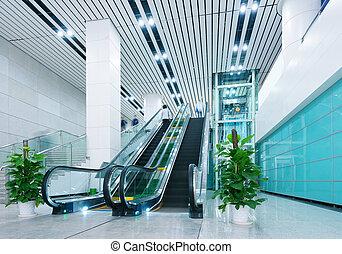 Salón y escaleras mecánicas