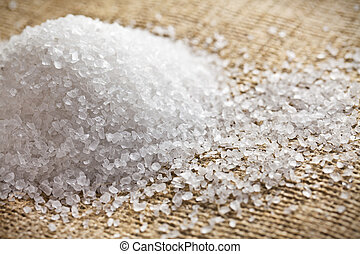 Sal blanca sobre arpillera