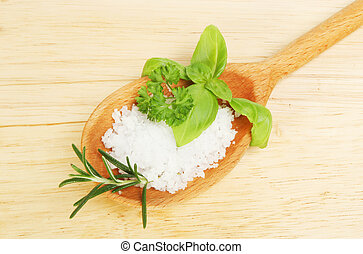 Sal marina y hierbas frescas en una cuchara