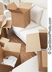 Sala de cajas de cartón para mudar la casa