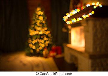 Sala de estar con chimenea y decorados de árboles de Navidad
