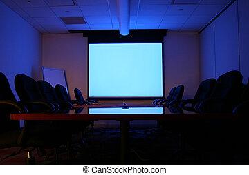 Sala de reuniones con pantalla
