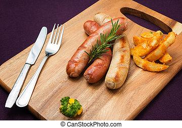 Salchichas a la parrilla con patatas fritas
