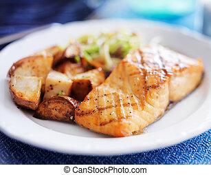 Salmón a la parrilla con ensalada asiática y patatas asadas