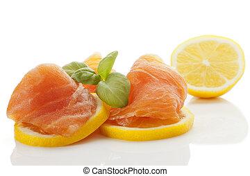 Salmón ahumado con limón.