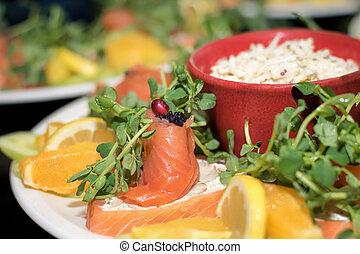 Salmón ahumado y caviar. Comida lujosa que sirve comida marina.