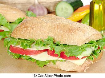 Sandwich de queso con lechuga, tomates y pepinos