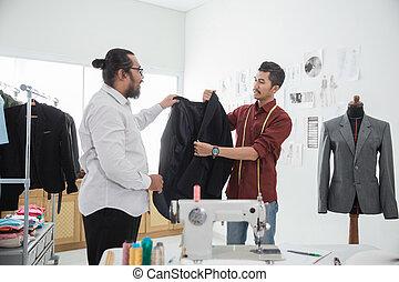 Sastre con su cliente hablando