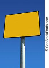 Señal amarilla en blanco lista para el texto y el cielo azul.