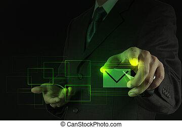 Señal de e-mail presionando a mano como concepto