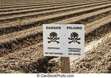 Señal de pesticidas en el campo