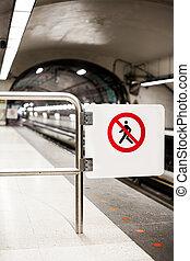 Señal de seguridad (No cruce) en una plataforma del metro