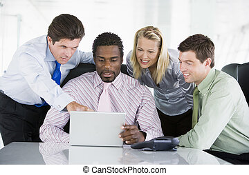 señalar, computador portatil, businesspeople, cuatro, sala juntas, smilin