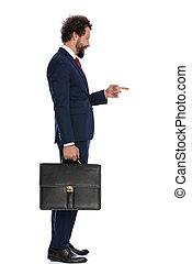 señalar, guapo, hombre de negocios, lado