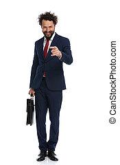 señalar, hombre de negocios, cámara, maletín, tenencia
