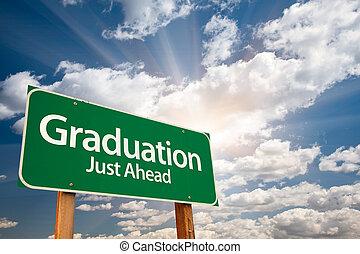 Señales verdes de graduación sobre nubes