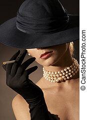 Señora y cigarrillo
