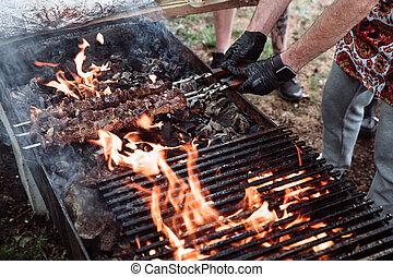 se prepara, cocinero, meat-kebab.