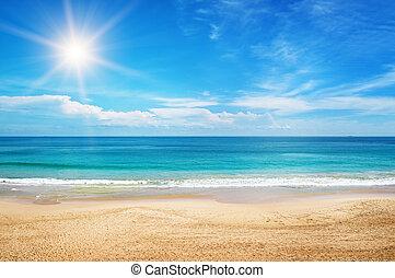 Seascape y sol en el fondo del cielo azul