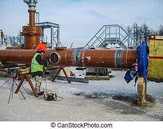 Seguridad en el trabajo. La soldadura e instalación de la tubería. Los días de semana industriales soldadores y acomodadores