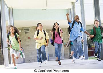 Seis estudiantes huyendo de la puerta principal de la escuela excitados
