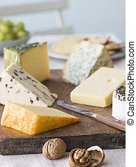 Selección de quesos con nueces y uvas