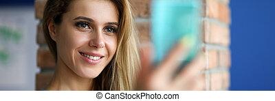 selfie, toma, niña, smartphone, feliz, dentro