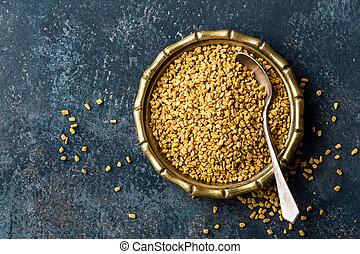 Semillas Fenugreek en placas de metal, especias, ingrediente culinario