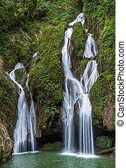 sendero, vegas, waterfall., exuberante, rainforest., cascada, grande