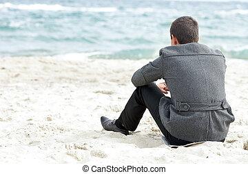 sentado, solamente, hombre de negocios, el gozar, playa, vista