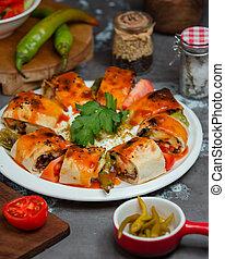 servido, salsa, rollos, beyti, asado, tomate, flatbread, vegetales, kebab