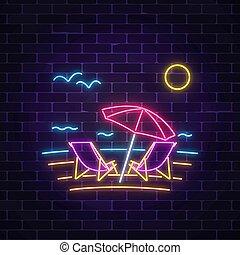 Signo de neón brillante de verano con salas de chaise, sombrilla de playa, océano y gaviotas en el fondo de la pared oscura.