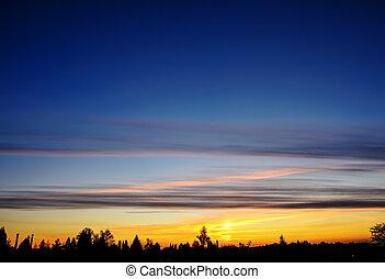 Silhoutte de árboles e islas lejos con vívido color del cielo durante el atardecer