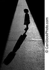 Silhuete de una niña hablando con su sombra