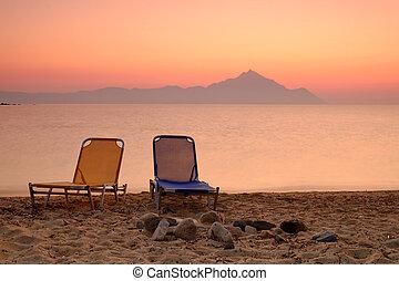 Silla en la playa del atardecer