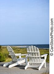 sillas Adirondack sobre la playa.