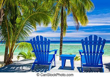 Sillas azules en una playa en una playa increíble