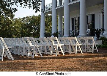 sillas de boda en el césped