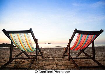 Sillones de playa en la costa del mar.