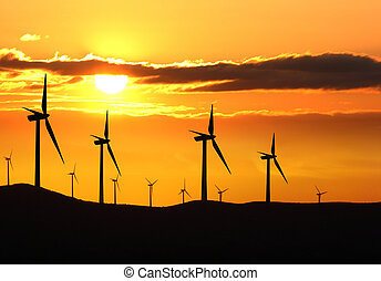 Silueta de la granja de turbinas sobre el atardecer