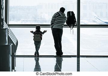 Silueta de pasajeros en el aeropuerto