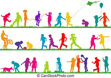 Siluetas de niños de color jugando al aire libre